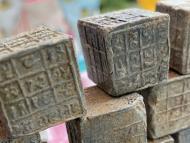 cubos de plomo llenos de inscripciones en sánscrito