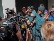 Miembros de la Guardia Civil registran el domicilio de Eduardo Zaplana en una operación contra el blanqueo de capitales