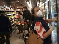 Una mujer con mascarilla hace sus compras en un supermercado en Madrid durante la pandemia de coronavirus