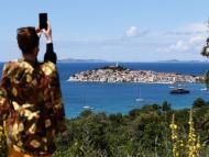 Una mujer toma una fotografía durante sus vacaciones