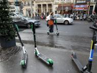 Patinetes eléctricos compartidos en una calle de París