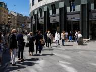 Personas hacen cola en una tienda en Viena.
