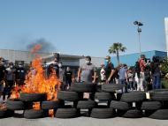 Queman neumáticos en las protestas por el cierre de Nissan en Barcelona.