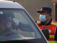 Toman la temperatura a un conductor en China.