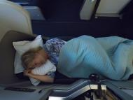 Chica durmiendo en avión