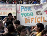 Un grupo de jóvenes durante una sentada contra el encarecimiento de la vivienda en Barcelona