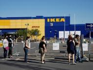 Un grupo de personas hace cola en Ikea durante el coronavirus en Reino Unido.