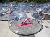 Un grupo de personas participa en una clase al aire libre en Toronto (Canadá) dentro de cúpulas para garantizar el distanciamiento social
