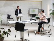 Hombre y mujer en la oficina durante una reunión.