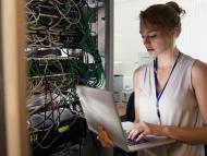 Una informática arregla unos servidores.