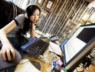 Mujer editando video con un ordenador
