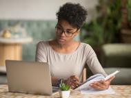 Mujer estudiando con un ordenador