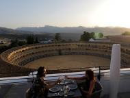 Una pareja de turistas brinda en la terraza de un hotel de ronda tras el alivio de las restricciones por el coronavirus