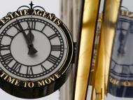 Un reloj en la fachada de una oficina inmobiliaria en Leicester (Reino Unido)