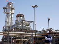 Un técnico frente a una planta de gas natural en Argelia