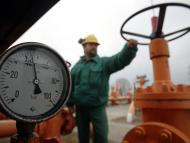 Un técnico en una planta de gas natural