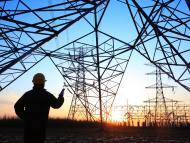 Un trabajador en una instalación eléctrica