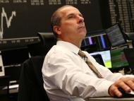 Un trader de la bolsa de Frankfurt observa la cotización de los mercados