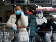 Varias personas haciendo la compra con mascarillas durante el coronavirus en Colombia.