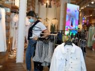 Clientas con mascarilla en una tienda de ropa de Valencia