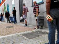 Una cola de personas espera el reparto de comida en un banco de alimentos de Madrid