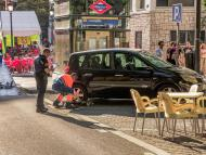 Guardia civil revisa un coche.