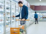 Hombre en la sección de congelados en un supermercado.