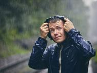 Hombre bajo la tormenta