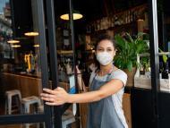 Mujer abriendo un restaurante.