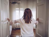 Mujer cerrando las puertas.