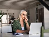 Mujer con el ordenador.