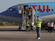 Pasajeros procedentes de Alemania llegan en un vuelo de TUI Airways.