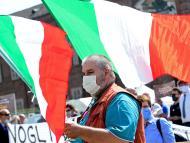 Propietarios y conductores de autobuses turísticos realizan una protesta para exigir ayuda financiera del Gobierno.