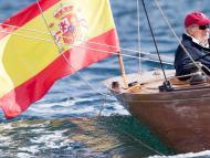 El rey Juan Carlos I en un velero histórico.