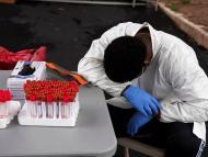 Sanitario durante la realización de pruebas de COVID-19 en Houston, Texas, Estados Unidos, el 7 de julio de 2020.