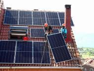 Trabajadores instalando un panel solar
