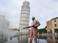 Un trabajador desinfecta la Piazza dei Miracoli cerca de la Torre de Pisa en Pisa, Italia, el 17 de marzo de 2020.