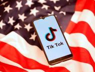 La aplicación de TikTok sobre un fondo con la bandera de Estados Unidos