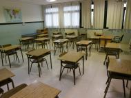 Un aula vacía con las mesas separadas para cumplir con la distancia de seguridad por el coronavirus