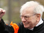 Berkshire Hathaway chairman Warren Buffett gestures at the start of a 5km race.  REUTERS/Rick Wilking