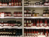 Botes de tomate en un supermercado
