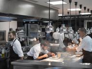 Los chefs preparan platos en el restaurante Mugaritz de Andoni Aduriz en Renteria.