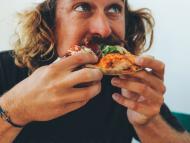 Comer pizza.