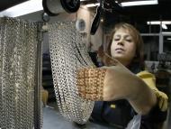 Una empleada trabaja con plata.