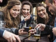 Gente tomando una cerveza mirando el móvil