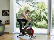 Hombre bicicleta estática
