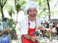 Jeff Bezos haciendo hamburguesas.