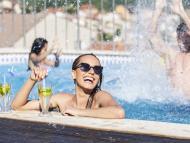 Jóvenes de fiesta en una piscina