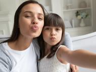 Una madre y su hija se hacen una selfie.