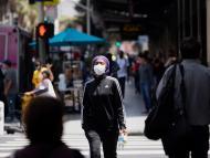 Mujer anda por las calles de Los Angeles, Estados Unidos.